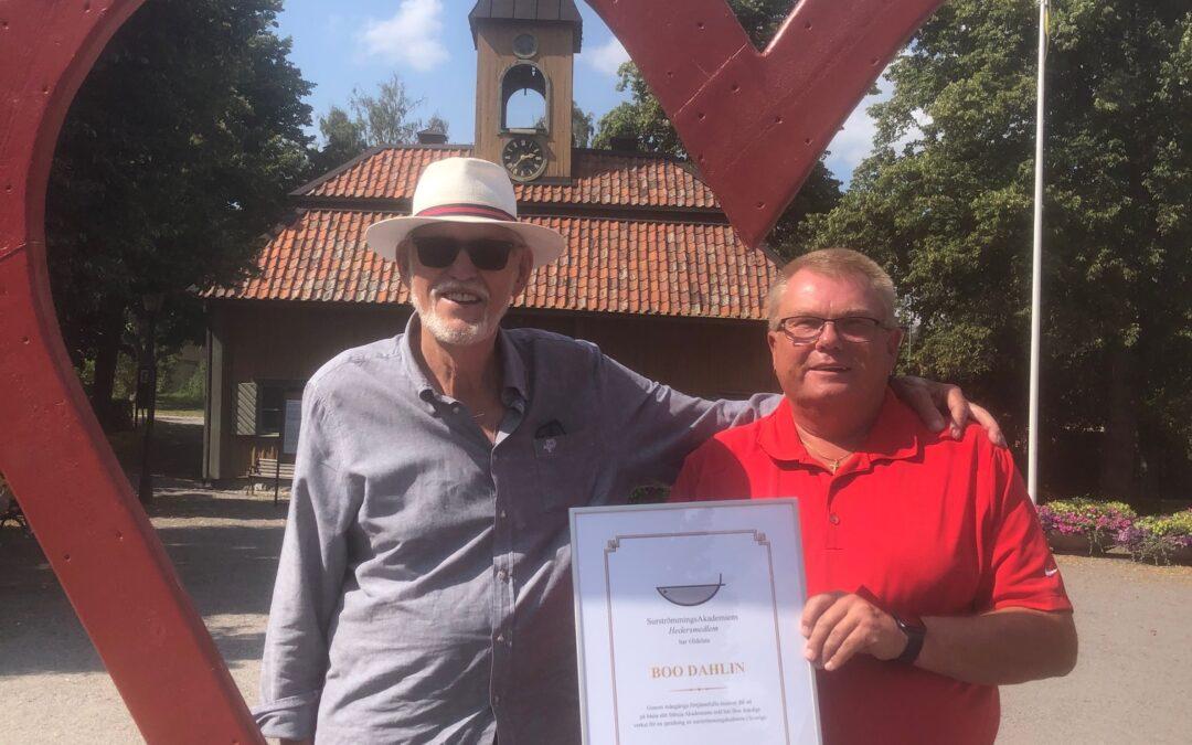 Boo Dahlin fick Surströmmingsakademiens hedersdiplom